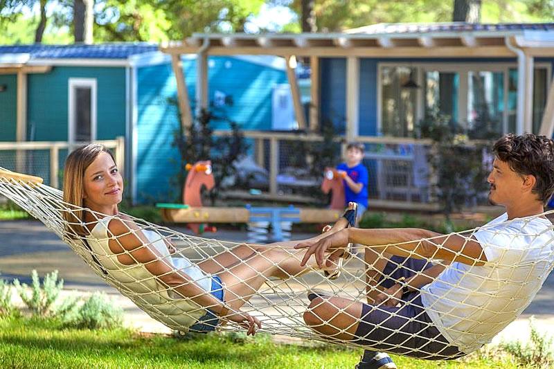 Panoramaausblick der Campinganlage mit Wohnmobilen