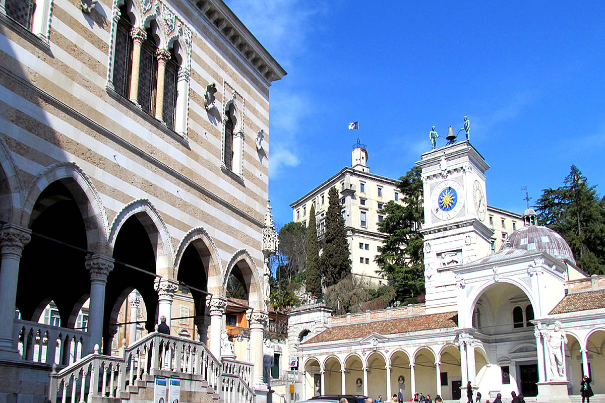 Udine - Platz Contarena, Blick auf Loggia San Giovanni Castello