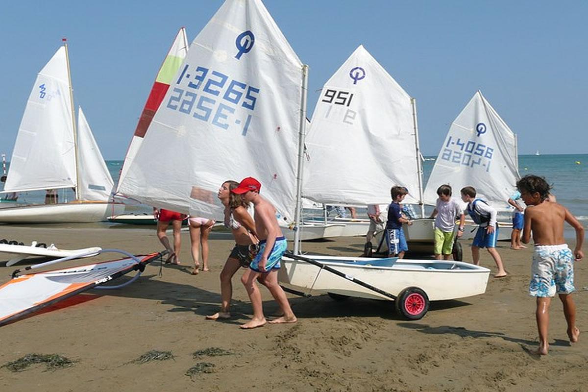Segelschule am Strand von Lignano